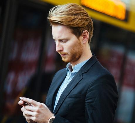 Sexy Mann mit blonden Haaren